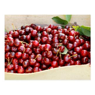 Postal roja de las cerezas