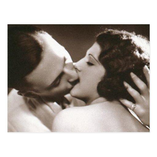 Postal romántica de los pares que se besa