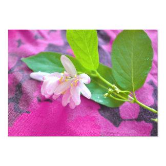 """Postal rosada de la flor invitación 5"""" x 7"""""""