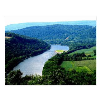 Postal sin fin de la foto del río de la montaña de