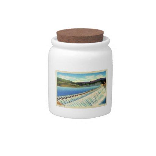 Postal surrealista del paisaje del vintage de una  jarras para caramelos