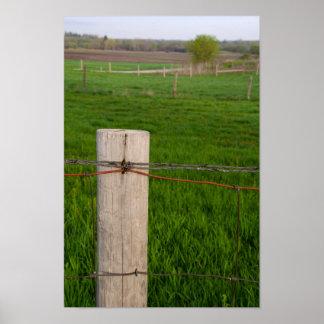 Poste de la cerca del alambre de púas póster