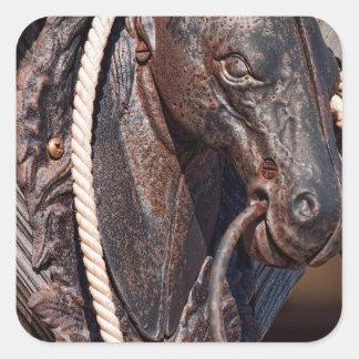 Poste que engancha y cuerda del caballo de hierro pegatina cuadrada