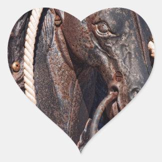Poste que engancha y cuerda del caballo de hierro pegatina en forma de corazón