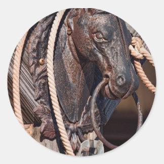 Poste que engancha y cuerda del caballo de hierro pegatina redonda