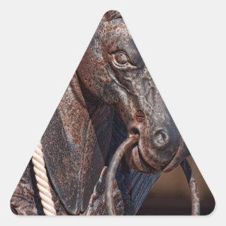 Poste que engancha y cuerda del caballo de hierro pegatina triangular