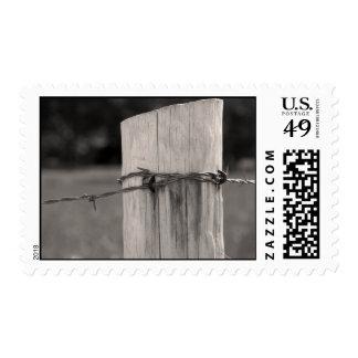 Poste y alambre de púas de la cerca sellos postales