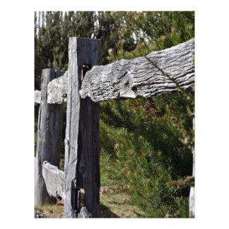Poste y cerca de carril tarjetón