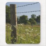 Poste y Wildflowers Mousepad de la cerca del país