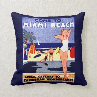 Poster 1925 del viaje de Miami Beach Cojín Decorativo