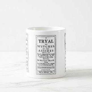 Poster auténtico de los ensayos de la bruja taza básica blanca