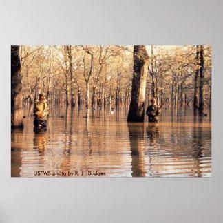 Poster cazadores en madera inundada