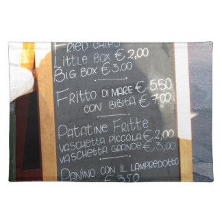 Poster del primero plano del menú en un italiano mantel