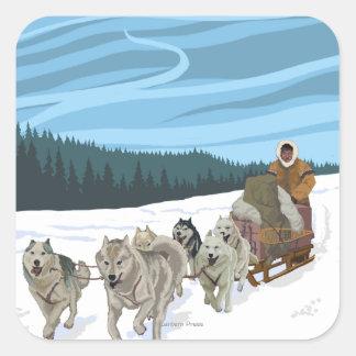Poster del viaje del vintage de AlaskaDogsledding Calcomania Cuadradas Personalizada