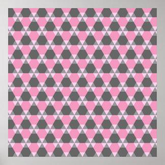 Poster gris y rosado del Triángulo-Maleficio
