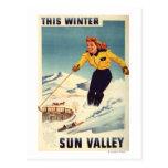 poster sonriente y de esquí de la mujer Rojo-dirig Postal