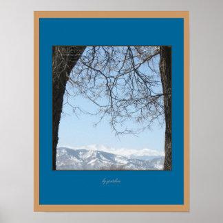 Poster trasero capsulado nieve de las montañas de