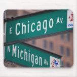 Postes indicadores de la avenida de Chicago y de M Alfombrillas De Ratón