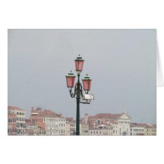 Postes rosados de la lámpara en Venecia Italia Tarjeta