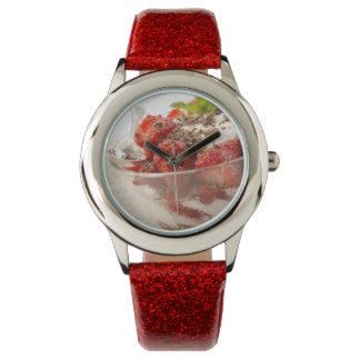 Postre de la fresa con el yogur fresco reloj de mano