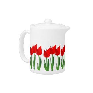 Pote caliente de la bebida de los tulipanes rojos