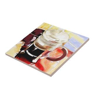 Pote del café en la tabla azulejos cerámicos