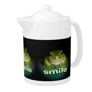 Pote sonriente del té de la rana