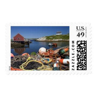 Potes de langosta, boyas, y cuerdas en el muelle sello postal