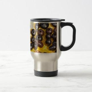 Potes en fondo amarillo tazas de café