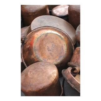 potes y cacerolas viejos en la cocina papeleria personalizada