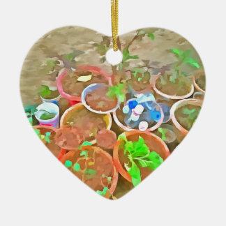 Potes y plantas en un jardín adorno navideño de cerámica en forma de corazón