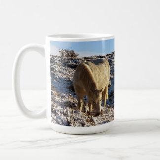 Potro Grazeing de Dartmoor en nieve Taza De Café
