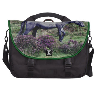 Potro gris de Dartmoor que vaga por en el brezo Bolsas De Ordenador