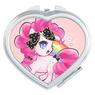 Potro rosado lindo con el arco y el arco iris del espejo compacto