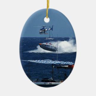 Powerboat y un helicóptero adorno navideño ovalado de cerámica