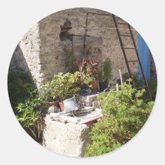 Pozo y plantas en Italia meridional Pegatina Redonda