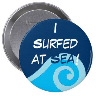 Practicado surf en el botón del mar