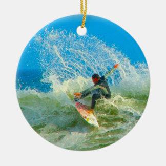 Practicado surf hacia fuera adorno navideño redondo de cerámica