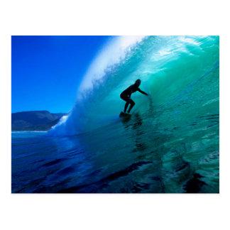 Practicando surf el tubo, ponga verde la ola oceán tarjeta postal
