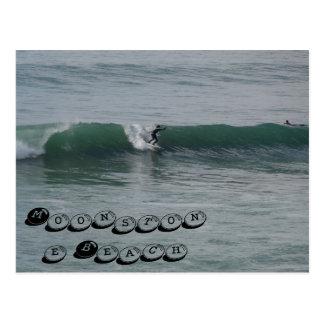 Practicando surf en la playa del Moonstone en Camb Postales