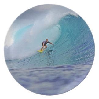 Practicar surf una onda tropical verde enorme platos