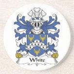 Práctico de costa blanco del escudo de la familia posavasos diseño