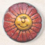 Práctico de costa con la flor sonriente pintada a  posavasos diseño