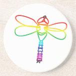 Práctico de costa de la libélula del arco iris posavasos personalizados