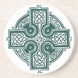 Práctico de costa del blanco de la cruz céltica posavaso para bebida