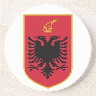 Práctico de costa del escudo de armas de Albania Posavaso Para Bebida
