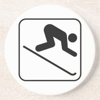 Práctico de costa en declive del símbolo del esquí posavasos de arenisca