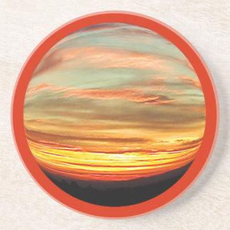 Práctico de costa vibrante de la puesta del sol de posavasos cerveza