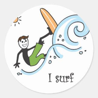 Practico surf deporte al aire libre etiquetas redondas