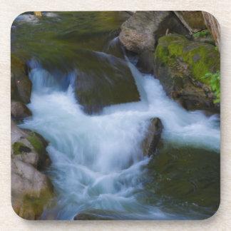 Prácticos de costa del corcho de la cascada posavasos de bebida